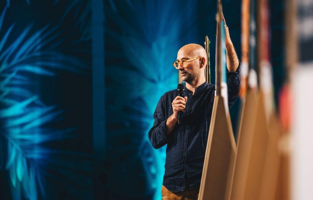 Mann mit Micro auf einer Bühne